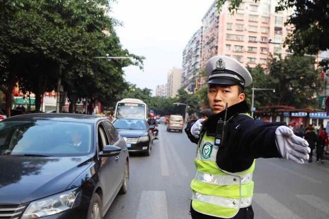 身边有交通违法行为 可拍成视频向交巡警举报
