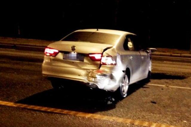 重庆街头发生惨烈车祸:多车相撞 1车飞出道路(图)