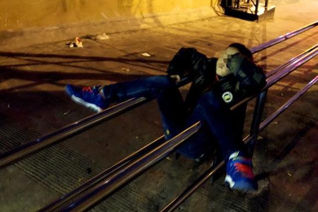 重庆:男孩凌晨躺睡铁杆上 造型别致令人心酸(图)