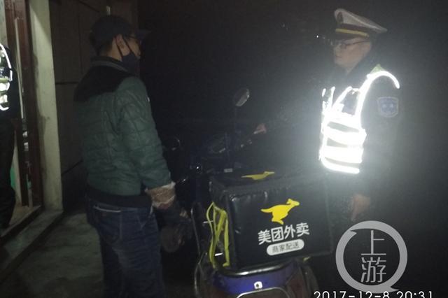 重庆一外卖小哥骑着车在高速上狂奔 只为送餐