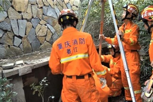 八旬老人掉进小区10米深井 重庆綦江消防及时救人