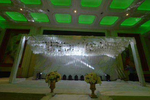 新婚夫妻花3万6布置婚礼礼堂 新娘:看起来像灵堂