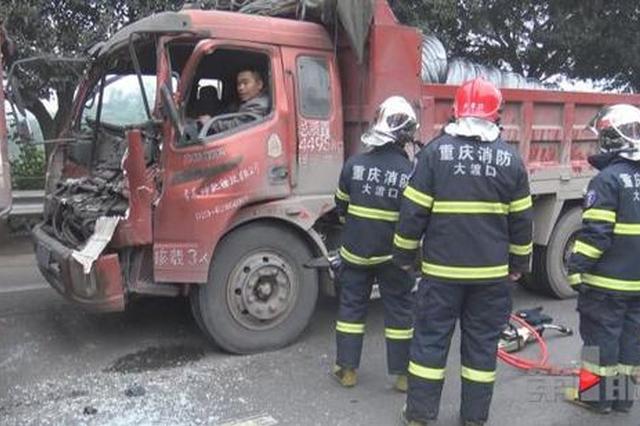 重庆一隧道口发生惨烈车祸 驾驶员被卡