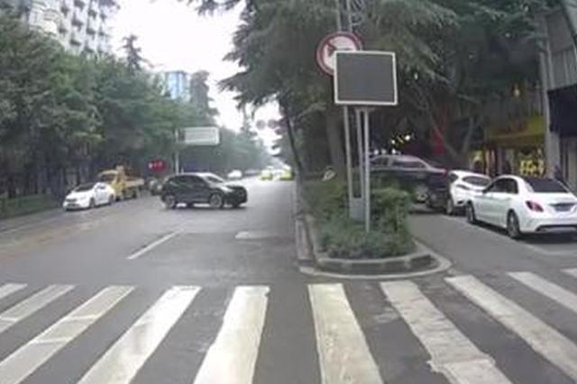 重庆一女性驾驶员倒车倒出新高度 好莱坞大片水平