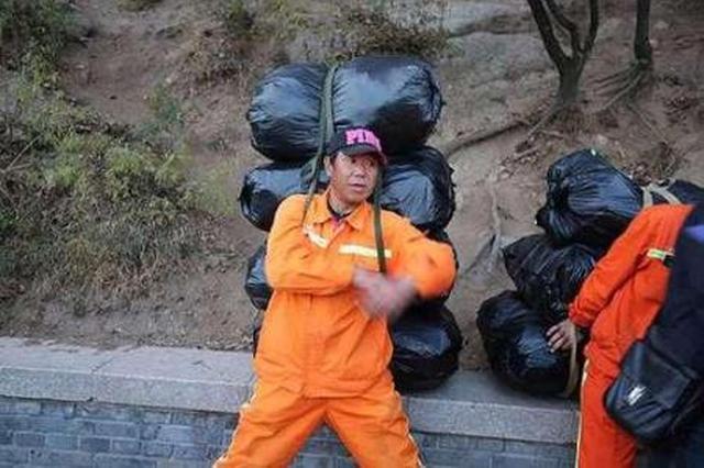 清洁工高压线下烧垃圾 被民警发现及时灭掉火