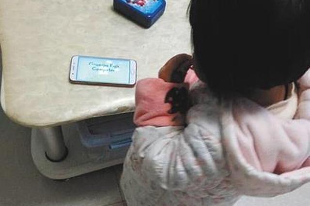 重庆男子沉迷手游 2岁女儿模仿着迷玩到凌晨