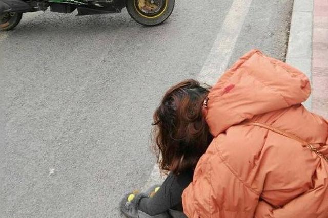 重庆女子从摩托车上一跃而下 到底发生了什么