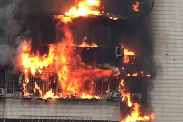 突发!较场口一建筑发生火情 现场浓烟滚滚