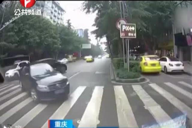 """重庆:女司机""""神倒车"""""""