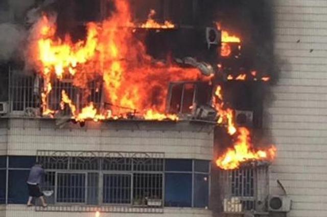 渝中区中兴路一居民楼突发大火 有交通管制