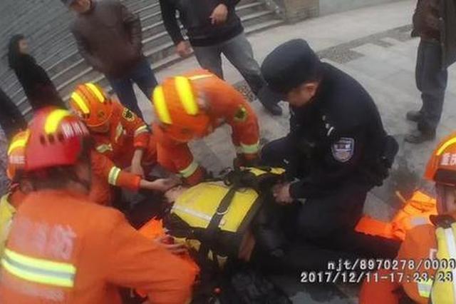 重庆一女子跳江轻生被救 在江边冷得瑟瑟发抖