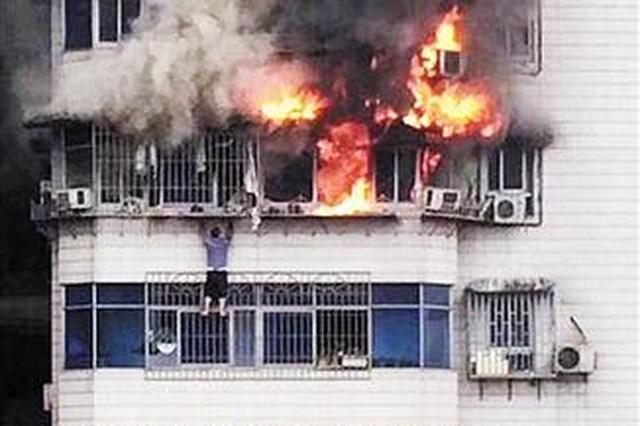 渝中区中兴路一居民楼火灾 男子翻窗逃生被困