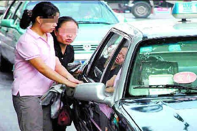 """两车""""狭路相逢""""互不相让 女子停车理论手指被夹"""
