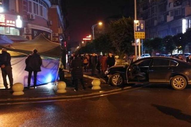 重庆:食客正在棚里吃串串 突然冲来一辆车吓坏