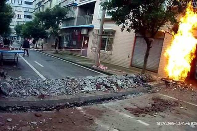 重庆一天然气管道起火 火焰高达数米现场惊险
