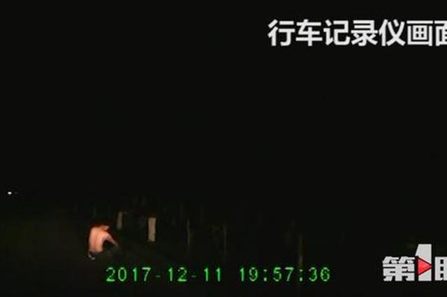 重庆:半裸男子深夜从罐车落下来 司机吓懵了(图)