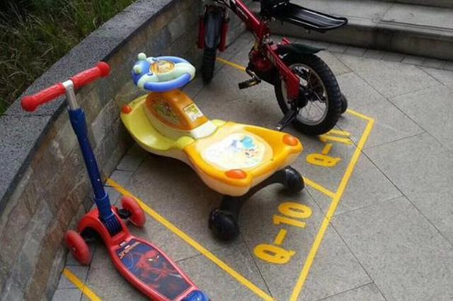 幼儿园给小朋友划车位 小朋友再也不赖床了
