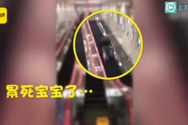 全国最深地铁站电梯停电 有人提着箱子绝望爬行