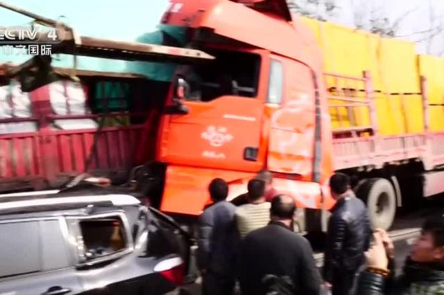 重庆:包茂高速18辆车连环相撞