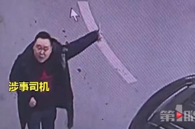 重庆:蛮横司机追打小区保安 向其面部狂喷辣椒水