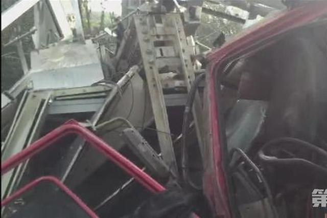 重庆一轨道站外发生车祸 直梯完全损毁1人受轻伤