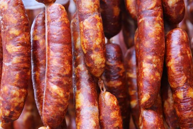 重庆灌香肠旺季来了 火爆店铺每日加工近1000斤