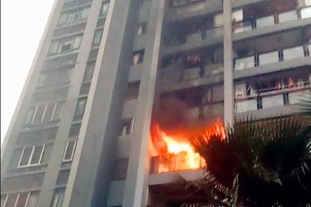 重庆一住户突发险情:火焰从阳台窜出 黑烟冲天