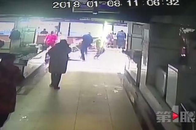 重庆一政府工作人员上班时间逛菜场 被绊脚追打力哥