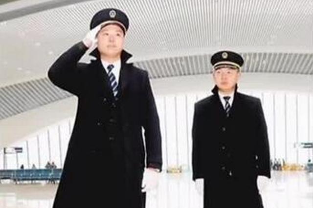 渝贵铁路首发班组人员在重庆西站集体亮相