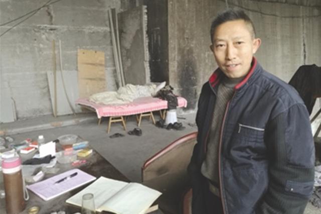 男子瞒家人住重庆桥洞10年研究彩票 称有成果再回家