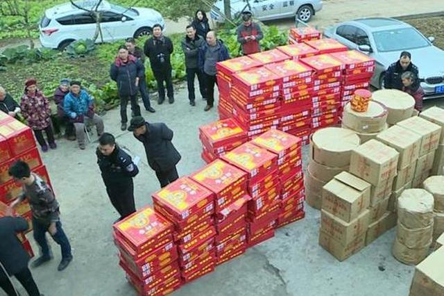 好危险!重庆一民房私藏500多件烟花爆竹