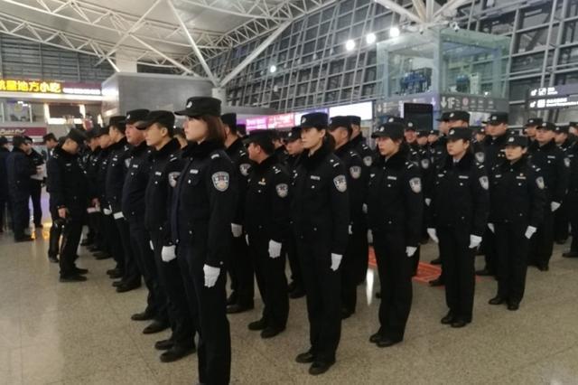 沙坪坝区学生晚自习后放学 也有巡逻民警保护了