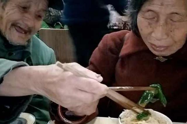 一碗重庆小面 九旬大爷与妻共享