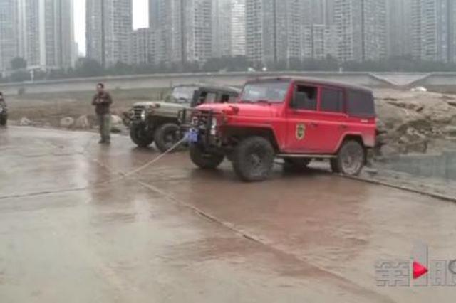 """重庆这个""""魔鬼路段""""又""""吞车"""" 驾驶员死里逃生"""