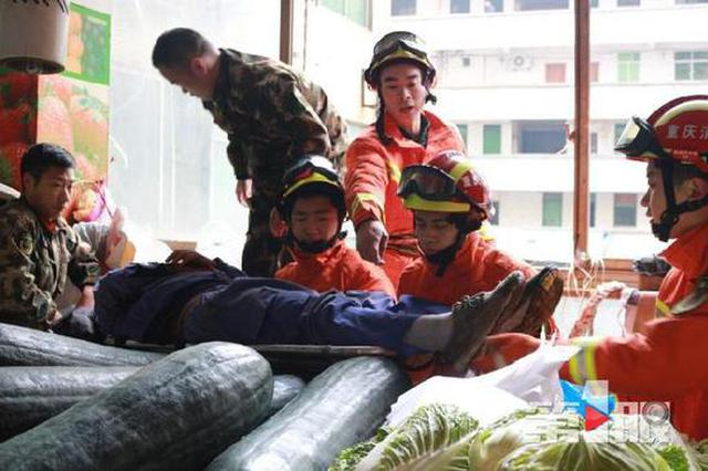 重庆:空调维修工从4楼坠下受伤 幸亏拴了安全带