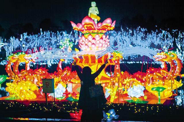 大足石刻佛灯艺术节亮灯 市民春节多了个好去处