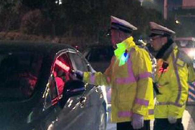 男子涉嫌酒驾被设卡交巡警拦下。