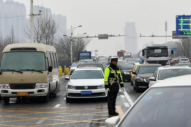 重庆通往精品景区高速路收费站拥堵 请错峰出行