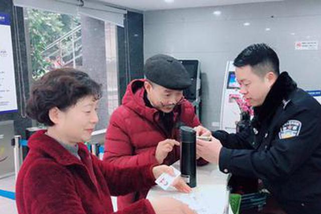 重庆出入境开设返乡市民办证专场 受理1671人次