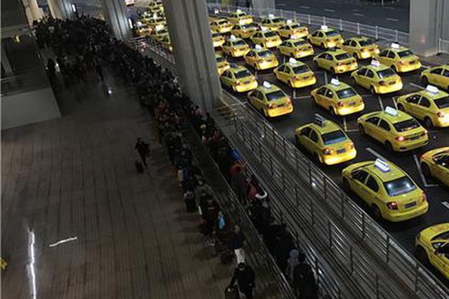 重庆市民提前返程 T3航站楼深夜排长龙