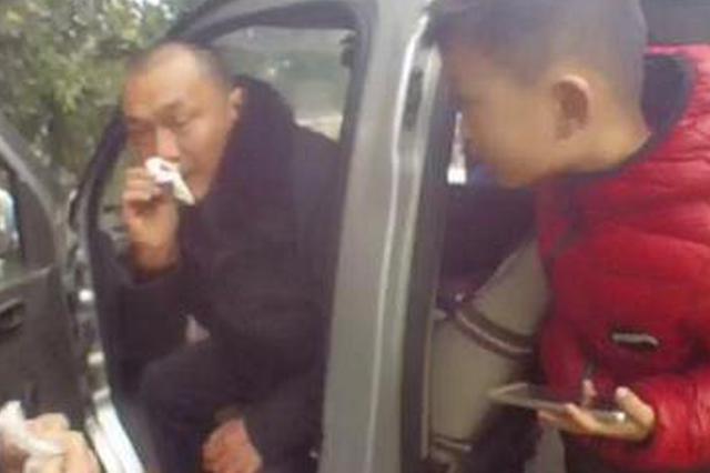 男子驾车流鼻血不止 执法人员代驾送医