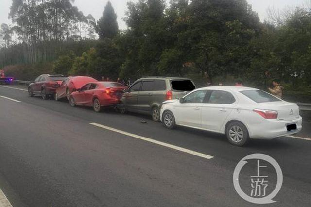 """跟车太近 这五辆车在重庆高速路上""""叠罗汉""""(图)"""