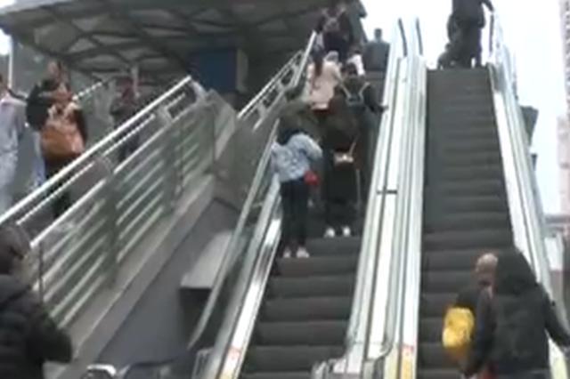 老夫妻扶梯上摔倒 热心人的这个动作太及时!
