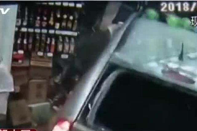 重庆:倒车闯进超市 司机竟然开溜