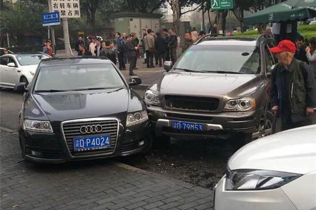 重庆女司机错把油门当刹车 撞了花台又撞奥迪