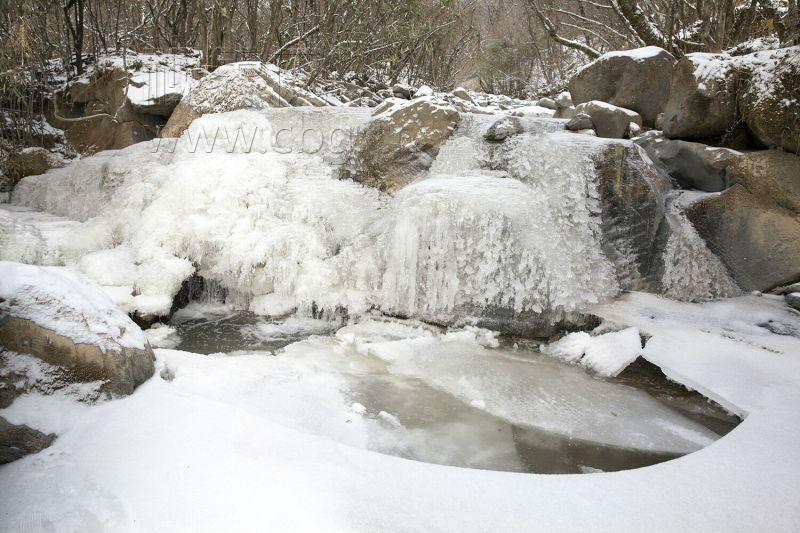 重庆:未来一周最低-7℃ 就连小溪都被冻住
