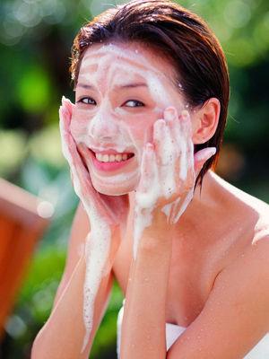 将洗面奶直接涂在脸上,边洗脸边搓出泡沫