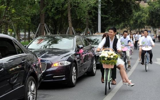 成都小伙骑自行车接新娘