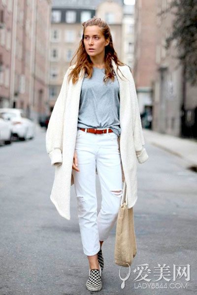 卡其色高跟短靴   搭配要点:灰色长外套+黑色内衬