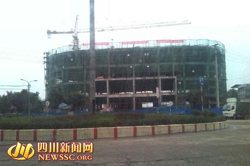 龙门街道办36米大街转盘处正修建的大楼